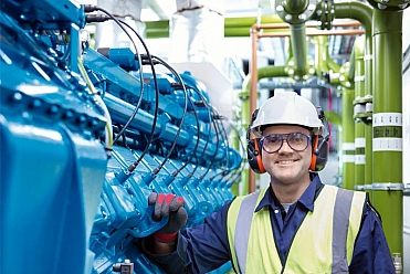 Ingenieur steht an MWM Gasmotor